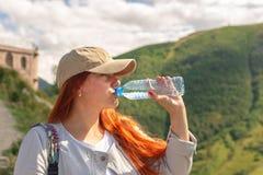 Trinkwasser der Frau im Sommersonnenlicht lizenzfreie stockfotografie