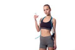 Trinkwasser der Frau und halten Springseil auf weißem Hintergrund Lizenzfreies Stockbild