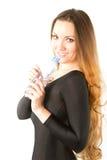 Trinkwasser der Frau von der Flasche Lizenzfreies Stockfoto
