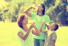 Trinkwasser der glücklichen Familie Stockfoto