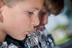 Trinkwasser der Kinder Stockfoto