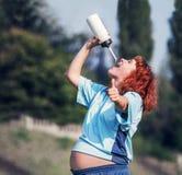 Trinkwasser der schwangeren Frau des Active Stockbilder