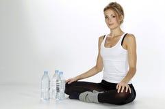 Trinkwasser der Sportfrau Stockbilder