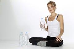 Trinkwasser der Sportfrau Stockfotografie