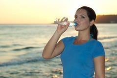 Trinkwasser der Sportfrau Stockfotos