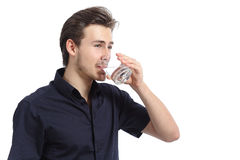 Trinkwasser des attraktiven glücklichen Mannes von einem Glas Stockfotos