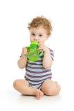 Trinkwasser des Babys von der Schale Lizenzfreie Stockfotos