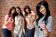 Trinkwasser des designierten Fahrers an einer Party lizenzfreie stockfotos