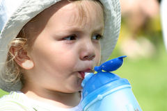 Trinkwasser des Jungen Stockbild