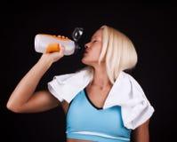 Trinkwasser des jungen Athleten Lizenzfreie Stockfotografie