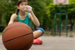 Trinkwasser des jungen Basketball-Spielers Stockbild