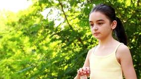 Trinkwasser des jungen Mädchens stock video