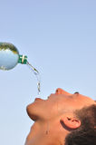 Trinkwasser des jungen Mannes Stockfotografie