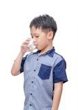 Trinkwasser des Jungen vom Glas Stockbild