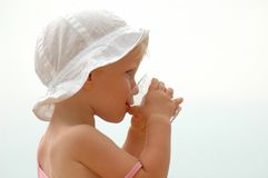 Trinkwasser des Kindes Stockbild