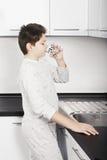 Trinkwasser des Kindes lizenzfreie stockbilder