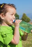 Trinkwasser des kleinen Mädchens Lizenzfreie Stockbilder