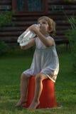 Trinkwasser des kleinen Mädchens Lizenzfreie Stockfotos