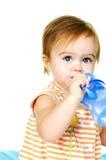 Trinkwasser des Kleinkindes   Stockfotografie