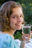 Trinkwasser des Mädchens Lizenzfreie Stockfotos