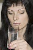 Trinkwasser des Mädchens Stockfoto