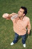 Trinkwasser des Mannes Lizenzfreie Stockfotos