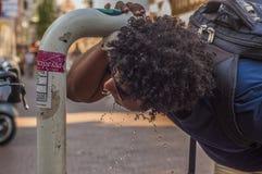 Trinkwasser des Mannes Stockfotos