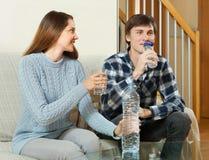 Trinkwasser des Mannes und der Frau Stockfoto