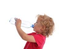 Trinkwasser des Mädchens von einer Flasche Stockbild