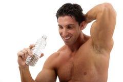 Trinkwasser des Muskelmannes Stockfoto