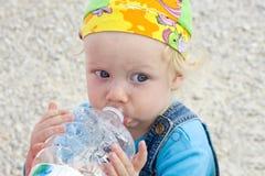 Trinkwasser des Schätzchens Lizenzfreies Stockbild