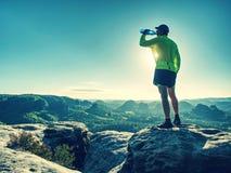 Trinkwasser des Sportflaschengetränksportmannes auf Hinterlauf stockfotografie