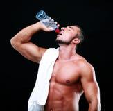 Trinkwasser des Sportlers Stockfoto