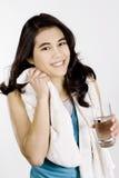 Trinkwasser des Tenage Mädchens nach Training Lizenzfreie Stockfotografie