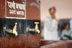 Trinkwasser in Indien Stockbild