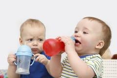 Trinkwasser mit zwei kleinen Jungen Stockfotos