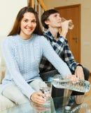 Trinkwasser Ouple zu Hause Lizenzfreie Stockfotografie