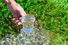 Trinkwasser von der Quelle stockfotos