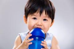 Trinkwasserflasche des kleinen Jungen Lizenzfreie Stockbilder