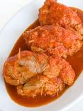 Trino de la carne con la salsa de tomate en la placa fotografía de archivo
