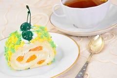 Trino de la esponja con crema, el mandarín y la cereza Foto de archivo