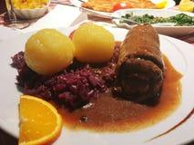 Trino, Knödel y Rotkraut, comida alemana, Alemania, Europa Foto de archivo libre de regalías