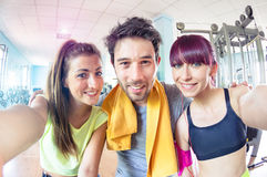 Trio actif heureux d'amis prenant le selfie dans le studio de formation de gymnase Photographie stock