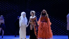 Trio av härliga ovanliga flickor sjunger sång på etappen i teater lager videofilmer