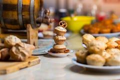 Trio av muffin med en kringla överst Arkivfoto