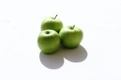 Trio der Granny- Smithäpfel auf weißem Hintergrund Lizenzfreie Stockbilder