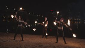 Trio des artistes de fireshow tournant des barres par la rivière banque de vidéos