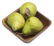 Trio des poires fraîches dans la cuvette en bois Image libre de droits