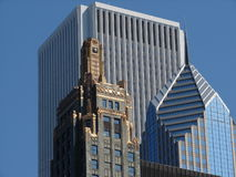 Trio di architettura del Chicago: Costruzione del centro, del carburo e del carbonio dell'AON, plaza di prudenza due fotografie stock libere da diritti