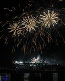Trio diagonale dei fuochi d'artificio sopra l'orizzonte di Cincinnati immagine stock